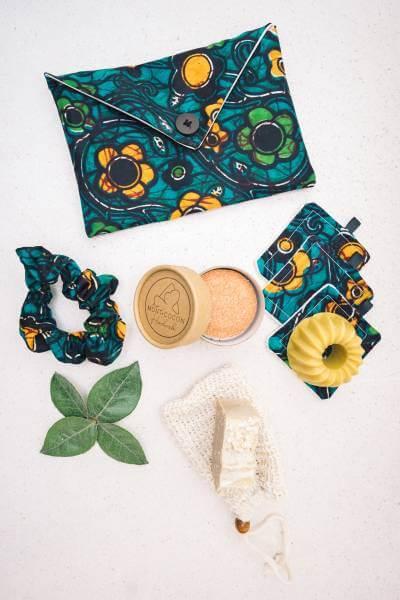 Pochette de voyage en wax avec accessoires écologiques et produits cosmétiques naturels et biodégradables