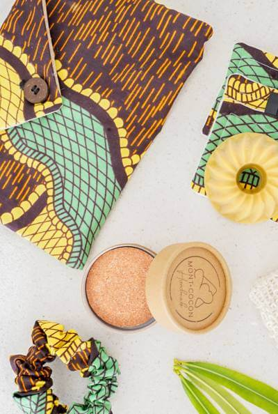 Pochette de voyage éthique verte avec ses produits cosmétiques solides et naturels